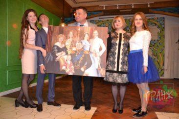 Мы решили сделать ему подарок в виде исторической картины нашей семьи и подарить статуэтку — шарж от дочери и мы не прогадали!!!